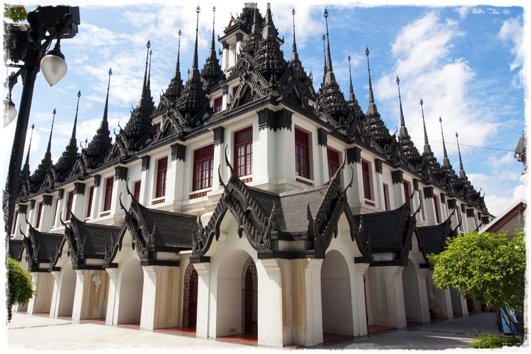 Бангкок. Металлические крыши храма Wat Ratchanatdaram