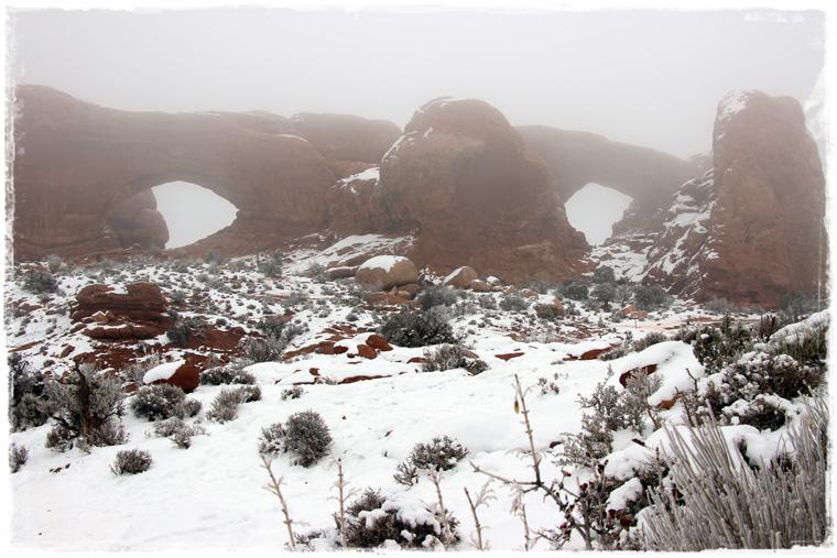 Национальный парк Arches - зимний туман, похож на обман