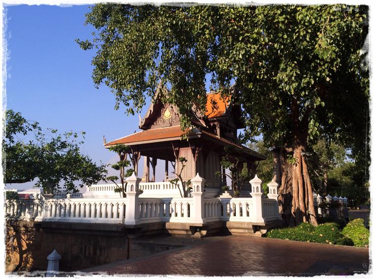 Бангкок. Королевский павильон и шустрые белки в Santi Chai Prakan Public Park