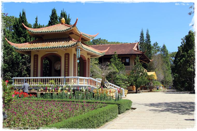 Далат. Монастырь Truc Lam и озеро Tuyen Lam в аромате хвои